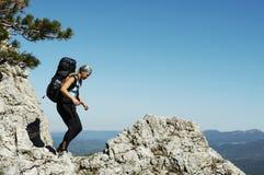 Menina no hike fotografia de stock