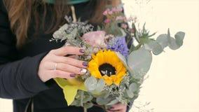 Menina no inverno com um ramalhete das flores nas mãos Movimento lento filme