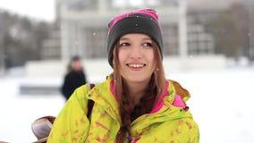 Menina no inverno que olha a câmera video estoque