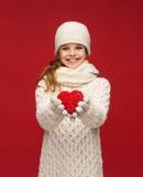 A menina no inverno veste-se com coração vermelho pequeno fotografia de stock royalty free