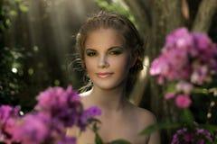 Menina no jardim imagem de stock