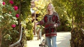 Menina no jardim do outono Autumn Clothing e tend?ncias da cor Autumn Woman Model rom?ntico Menina sonhadora com cabelo louro filme