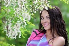 Menina no jardim do prado do verão Imagem de Stock
