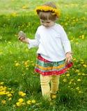 Menina no jogo amarelo do chaplet Foto de Stock
