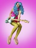A menina no jogo da guitarra do anime-estilo Imagem de Stock Royalty Free