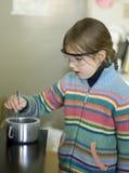 Menina no laboratório químico Imagens de Stock Royalty Free
