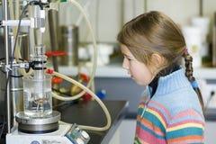 Menina no laboratório químico Imagens de Stock