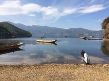 Menina no lado do lago Fotografia de Stock Royalty Free