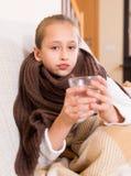 Menina no lenço morno que bebe do vidro Fotos de Stock Royalty Free