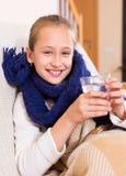 Menina no lenço morno que bebe do vidro Imagens de Stock Royalty Free
