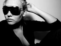 Menina no levantamento dos óculos de sol Imagens de Stock
