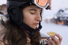 Menina no limão da terra arrendada do capacete do snowboard Imagem de Stock