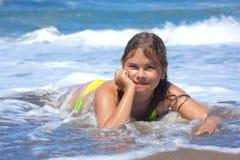 Menina no mar. Fotografia de Stock