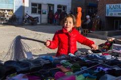 A menina no mercado da cidade vende a camiseta Em Bayan-Olgiy a província é povoada a 88,7% por Kazakhs Fotos de Stock
