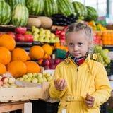 Menina no mercado de fruto Fotografia de Stock Royalty Free