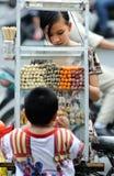A menina no mercado de Vietnam Imagens de Stock