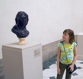 Menina no museu Fotografia de Stock Royalty Free