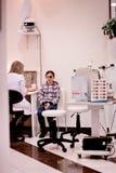 Menina no oftalmologista Fotografia de Stock