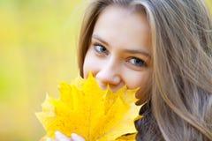 Menina no outono imagens de stock