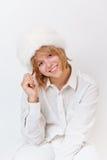 Menina no overwhite de sorriso branco Fotos de Stock Royalty Free