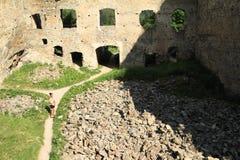 Menina no pátio da pedra das meninas do castelo fotos de stock royalty free