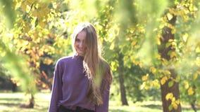 Menina no parque vídeos de arquivo