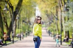 Menina no parque com uma câmera foto de stock royalty free