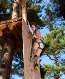 Menina no parque da aventura Fotografia de Stock Royalty Free