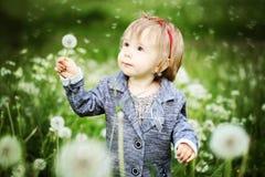 Menina no parque da mola Criança ao ar livre Fotografia de Stock Royalty Free