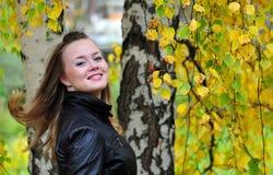 Menina no parque da queda fotografia de stock royalty free