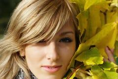 Menina no parque do outono Fotografia de Stock
