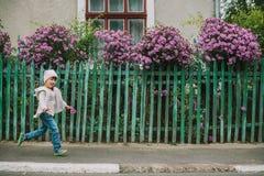 Menina no parque do outono pathway foto de stock royalty free