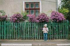 Menina no parque do outono pathway fotos de stock royalty free