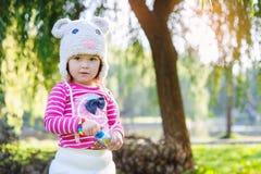 Menina no parque do verão que guarda bolhas de sabão Fotografia de Stock