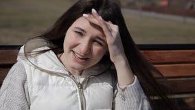 Menina no parque em um chá bebendo do banco, café de uma caneca térmica Fim acima Encolher-se do sol filme