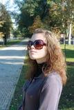 Menina no parque na expectativa de um milagre Imagens de Stock Royalty Free