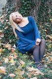 Menina no parque na frente de uma árvore Imagens de Stock