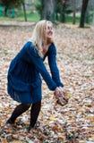 Menina no parque no outono Imagens de Stock Royalty Free