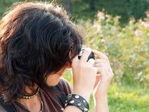 Menina no parque que toma fotos fotografia de stock