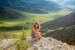A menina no penhasco na montanha Imagem de Stock Royalty Free
