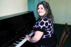 A menina no piano imagem de stock royalty free