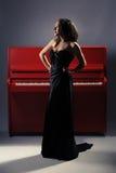 Menina no piano Fotos de Stock Royalty Free