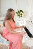 Menina no piano Imagem de Stock
