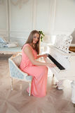 Menina no piano Fotografia de Stock Royalty Free
