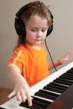 Menina no piano foto de stock