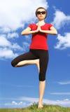 Menina no pose da ioga Foto de Stock Royalty Free