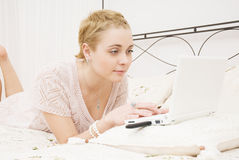 Menina no quarto com portátil Imagem de Stock Royalty Free