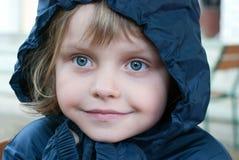 Menina no raincoat foto de stock