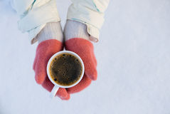 Menina no revestimento que guarda a xícara de café ou o chá inverno, Rússia Imagem de Stock Royalty Free