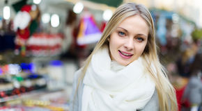 Menina no revestimento que levanta no mercado do Xmas Fotos de Stock